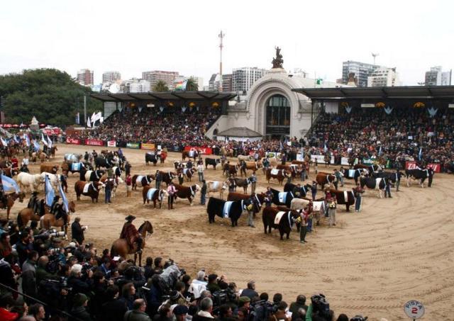 """Il grande complesso della """"Sociedad Rural"""", fra la Plaza Italia e il bosco di Palermo, a Buenos Aires"""