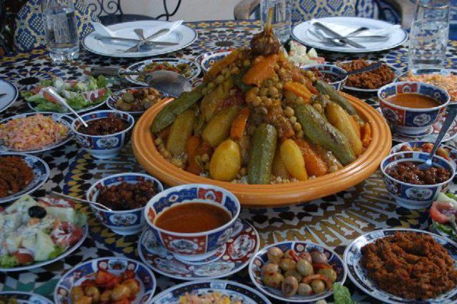 Una tavolata tunisina, dove il couscous è il piatto principe...