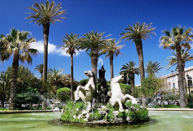 Piazza Vittorio Emanuele e la sua grande vasca con al centro il gruppo scultoreo raffigurante il Tritone