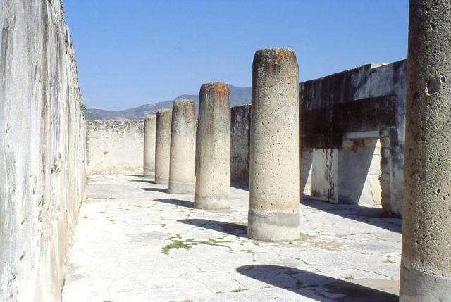 """Le """"Colonne della Vita"""" nell'antica città maya di Mitla, in Messico"""
