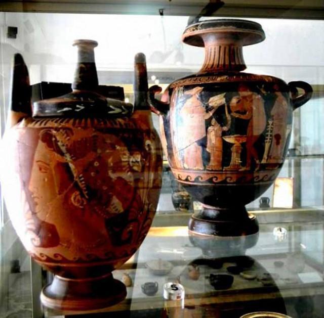 """Crateri a """"figure nere"""" custoditi nel Museo Archeologico di Marianopoli"""