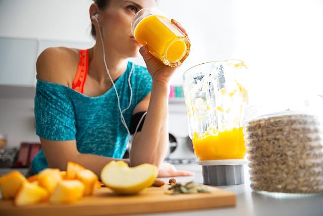 Per eliminare subito un paio di chili cominciate immideiatamente col cambiare radicalmente dieta e abbondare con frutta e verdura di stagione; limitare drasticamente i grassi, gli zuccheri, i fritti e gli alcolici...