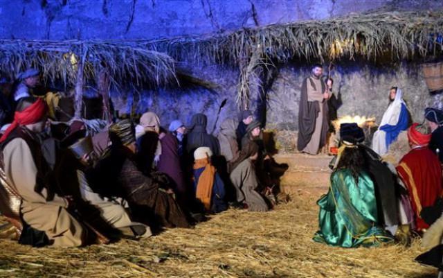I tre Re Magi in visita alla capanna della Natività - Presepe vivente di Agira