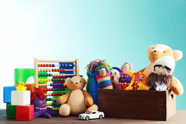 Un modo intelligente ed etico per non cascare nel becero consumismo natalizio (e fare un po' di spazio nelle intasate camerette dei bambini) è quello di donare i giocattoli usati...