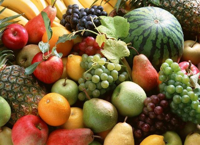 Per affrontare il caldo, via libera all'acqua e ampio spazio a frutta e verdura di stagione.