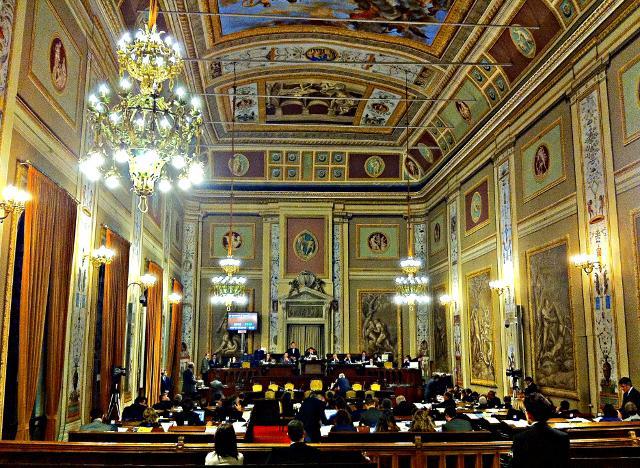 Sala d'Ercole durante un'assemblea del Parlamento siciliano