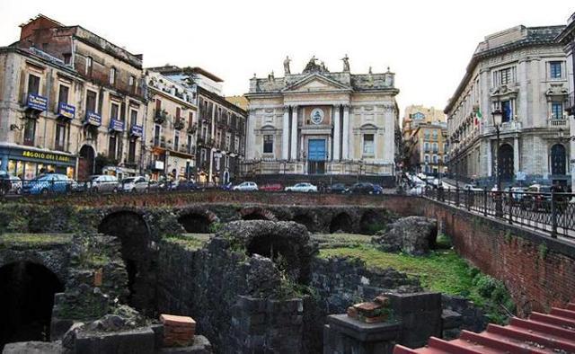 Piazza Stesicoro con il suo anfiteatro romano e la Chiesa di San Biagio - Catania