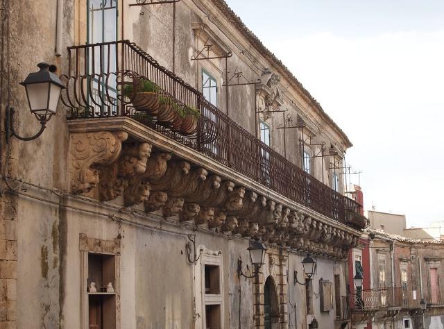 Palazzo Judica- Cafici (oggi Caruso). Il palazzo con la balconata barocca più lunga del mondo - Palazzolo Acreide
