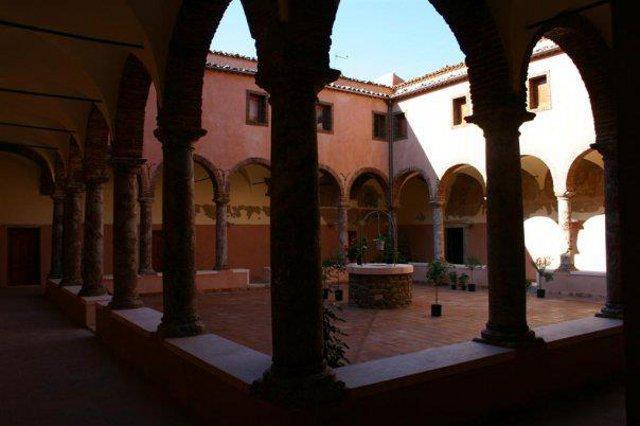 Il chiostro del convento francescano di San Fratello (ME)