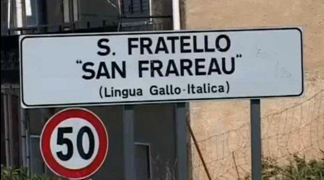 Il cartello (in italiano e in lingua gallo - italica) d'ingresso a San Fratello