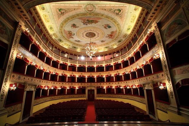 La platea del Teatro Pirandello. Il teatro comunale si trova all'interno dell'atrio di Palazzo dei Giganti, sede del Municipiao di Agrigento