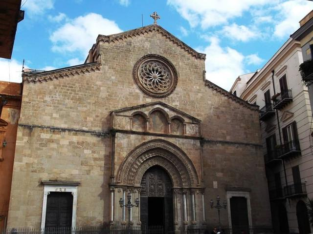 La facciata di impianto gotico della Basilica di San Francesco d'Assisi, nel Centro storico di Palermo, ubicata nel quartiere della Kalsa