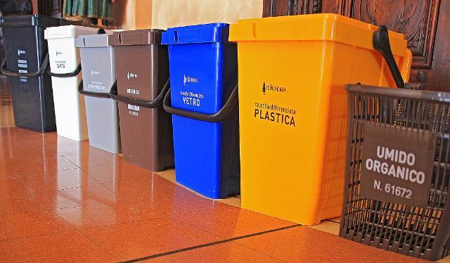 Il sindaco di Palermo, Leoluca Orlando, ha disposto anche l'avvio della raccolta differenziata dei rifiuti in tutti gli uffici e le strutture comunali