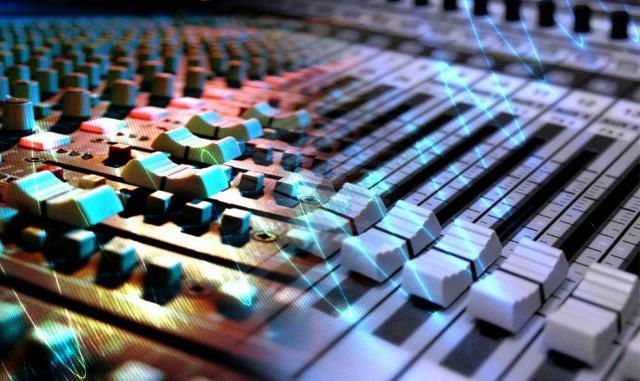 Il Sound Designer si occupa di creare il suono e la colonna sonora del videogame, elementi determinanti per creare il tono e l'atmosfera più adatta...