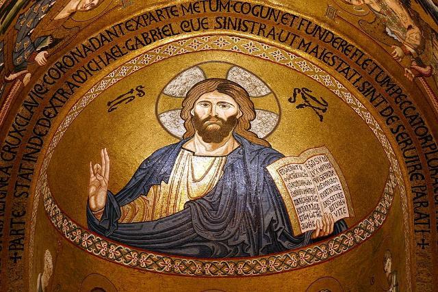 """Il mosaico bizantino del """"Cristo Pantocratore benedicente"""" nella cupola della Cappella Palatina, all'interno del Palazzo Reale di Palermo"""