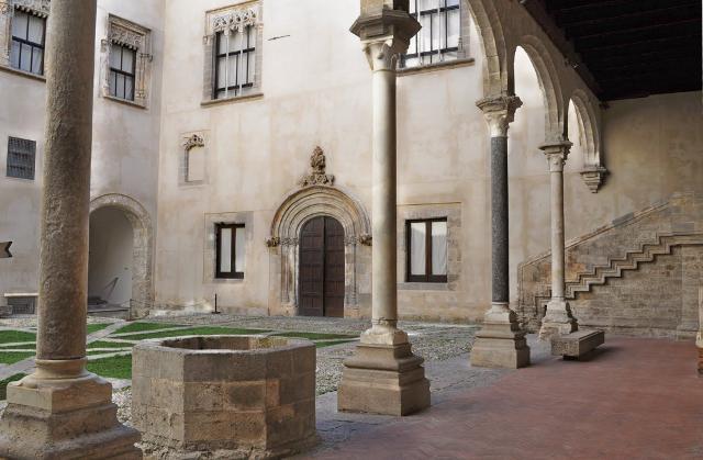 Il chiostro di Palazzo Abatellis (detto anche Palazzo Patella). Il palazzo ospita Galleria Regionale della Sicilia. Si trova in via Alloro, arteria principale del quartiere della Kalsa - Palermo