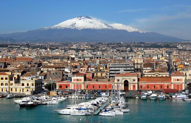 Panorama di Catania vista dal Porto, sullo sfondo l'Etna