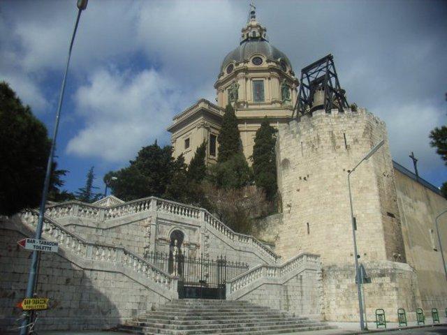 """Il Sacrario di Cristo Re e la """"Campana di Cristo Re"""" posta in cima alla torre ottagonale. La campana venne fusa a Padova dalla fonderia Colbachini ed è la terza campana d'Italia per grandezza (ha un diametro di 2,66 m e pesa oltre 13 tonnellate)"""