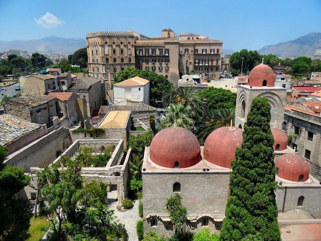 San Giovanni degli Eremiti. Sullo sfondo Palazzo dei Normanni