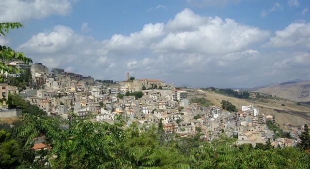 Panorama del piccolo comune di Cammarata, alle pendici del monte omonimo