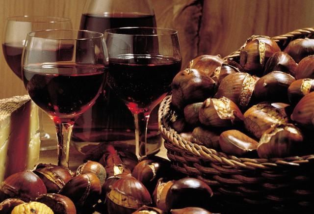 Un calice di corposo Nero d'Avola è l'accompagnamento migliore per le castagne