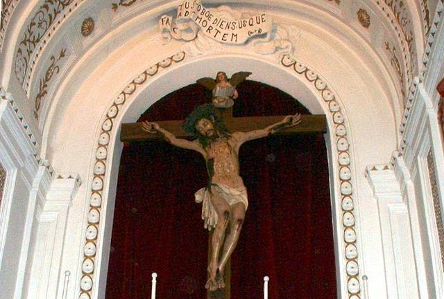 La chiesa Madre di Petralia Soprana custodisce il primo dei 33 crocifissi lignei realizzati da Frate Umile Pintorno da Petralia.
