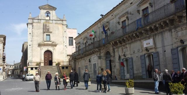La Chiesa di Sant'Anna e Palazzo Cocuzza su Piazza San Giovanni - Monterosso Almo