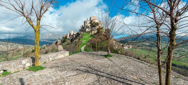 La via Loreto che conduce alla chiesa e al belvedere di Petralia Soprana