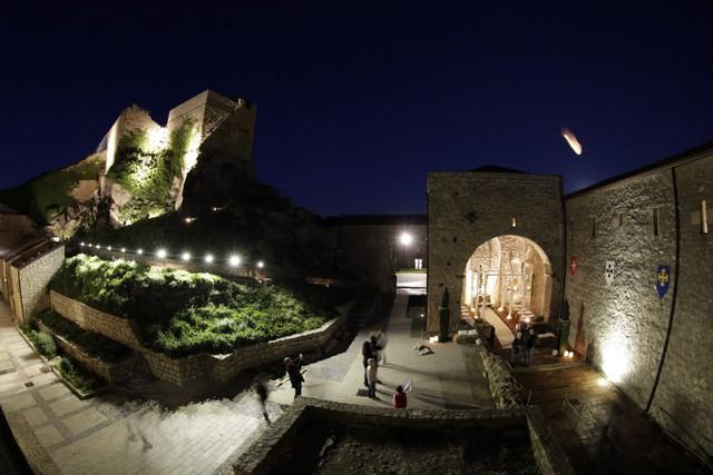 Il castello di Montalbano Elicona di sera