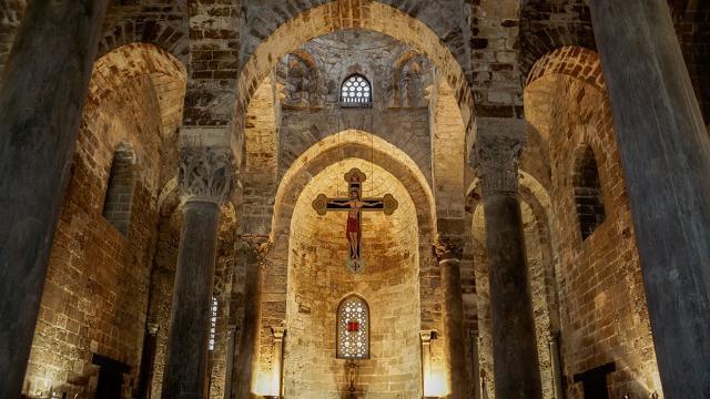 L'interno della chiesa di San Cataldo