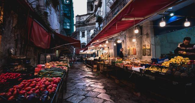 """Ballaò in una foto di Gabriele di Maria, vincitrice del concorso fotografico """"I mercati siciliani, un viaggio tra gusto e tradizione"""" indetto dalla Banca Don Rizzo"""