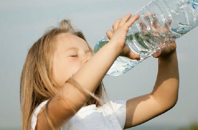 Gli effetti della disidratazione sono visibili e coinvolgono l'intero nostro corpo: già con la perdita di circa il 2% d'acqua rispetto al peso corporeo, si va incontro a sintomi come mal di testa e stanchezza, a cui si possono associare riduzione della concentrazione, dell'attenzione etc.