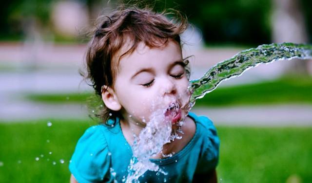 Nei bambini il senso della sete è meno sviluppato che negli adulti, ecco perché è fondamentale educarli a bere correttamente fin da piccoli.