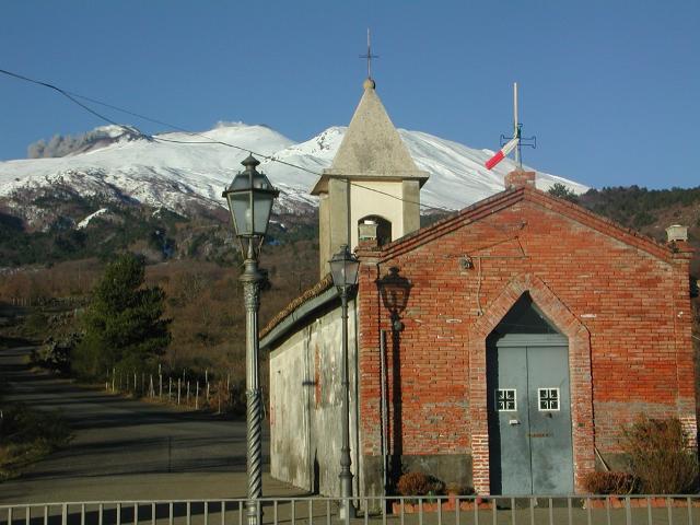 La chiesa dei Magazzeni, situata a circa 6 km dal centro abitato di Sant'Alfio