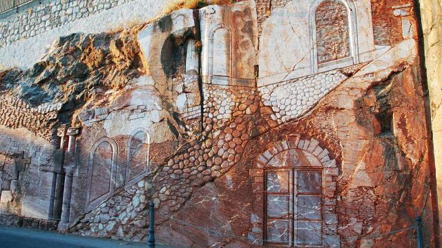 Un bassorilievo scolpito nel marmo rosso all'entrata di San Marco D'Alunzio