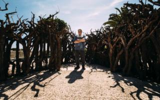 Un uomo d'alto fusto, arte/natura, autoritratti, Sicilia 2017