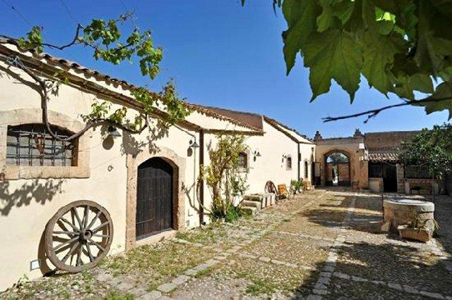 Per chi ancora non l'ha fatta, noi consigliamo una vacanza in un agriturismo siciliano
