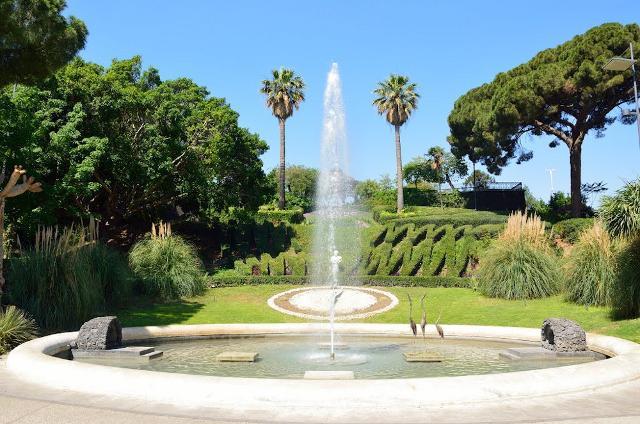 """La fontana e l'orologio """"vegetale"""" del Giardino di Villa Bellini a Catania"""