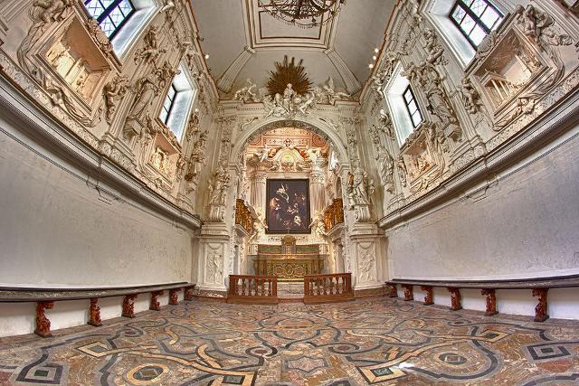 L'altare dell'Oratorio di San Lorenzo con una copia della Natività di Caravaggio trafugata nel 1969