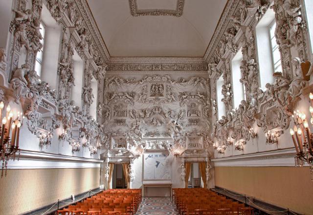 Oratorio del S.S. Rosario in Santa Cita. Sulle pareti laterali, il raffinato ciclo plastico composto da putti, statue allegoriche e teatrini, illustra i Misteri Dolorosi, Gaudiosi e Gloriosi.