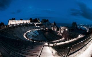Il Teatro Antico di Taormina, di sera…