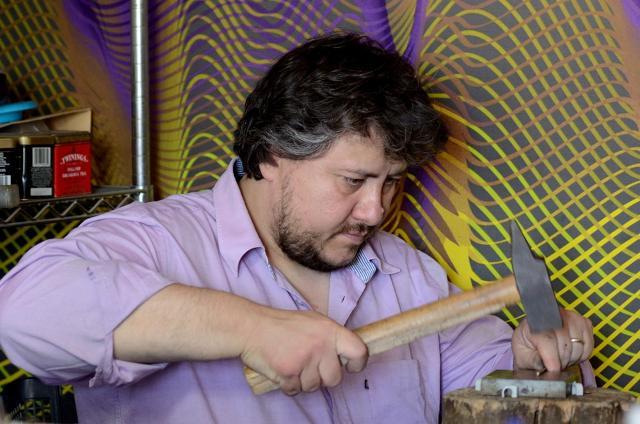 Fabio Ballistreri nel suo laboratorio di Gangi