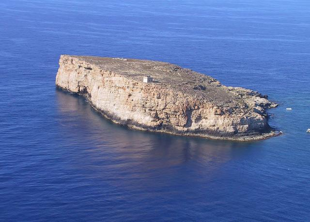 L'isola di Lampione, così piccola che, leggenda vuole, essa sia in realtà un masso sfuggito dalle mani di un Ciclope.