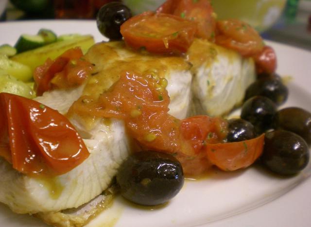 Trancio di ricciola con pomodorini, olive nere e capperi
