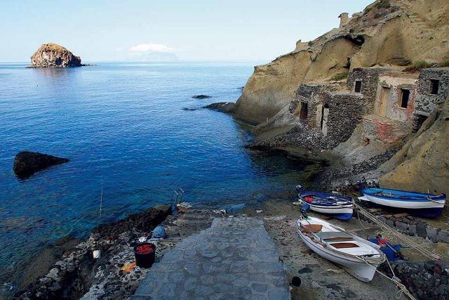 Sicilia segreta: Pollara, l'unica spiaggia-paese d'Italia, sull'isola di Salina