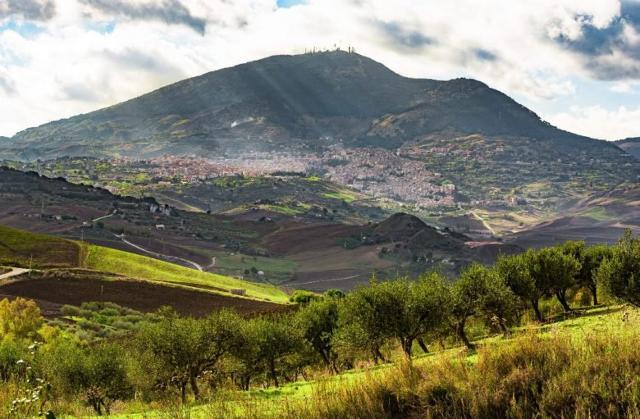 Panorama di San Giovanni Gemini, piccolo centro ai piedi del Monte Gemini