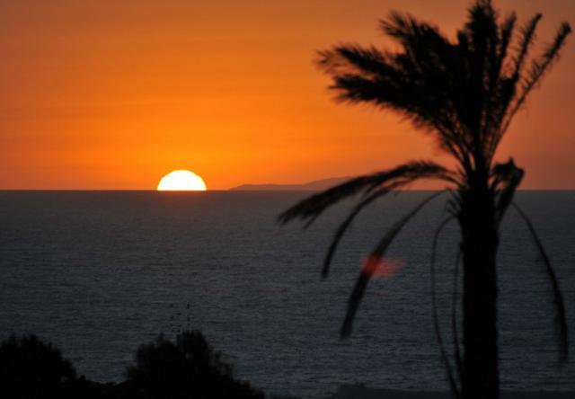 La costa tunisina vista da Pantelleria al tramonto