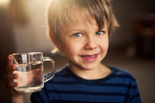 Consiglio n° 1 - Assicurarsi di avere sempre a disposizione una bottiglietta di acqua. Un gesto apparentemente scontato ma che ci consente di poter offrire costantemente acqua al bambino anche durante i viaggi in macchina o in spiaggia.