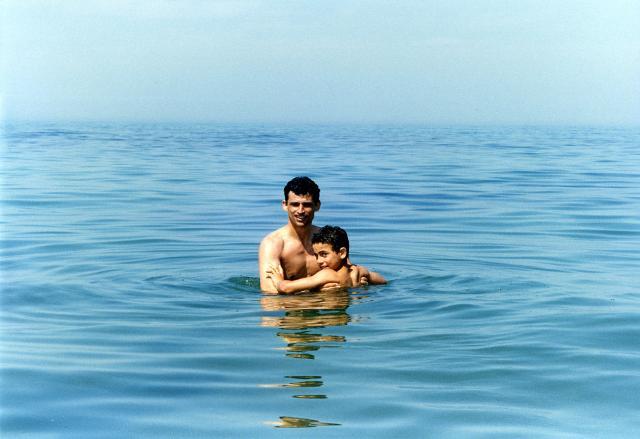 """L'attore Enrico Lo Verso nel mare di Marina di Ragusa in una scena del film di Gianni Amelio """"Il ladro di bambini"""""""