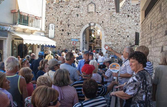 Un folto gruppo di turisti a Taormina
